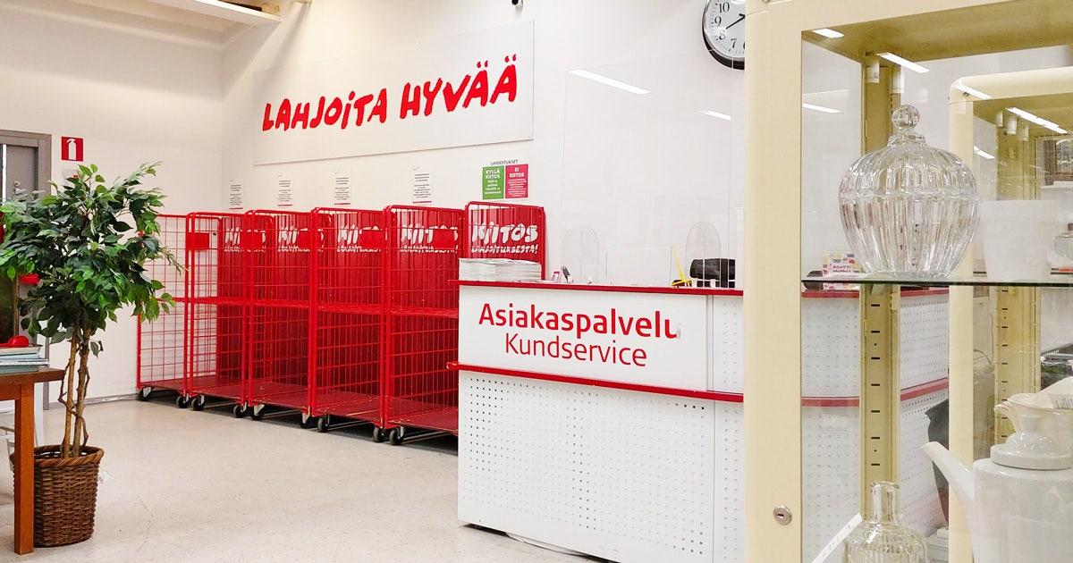 """Myymälässä punaisia rullakoita, tuotteita vitriinissä ja palvelupiste, jossa teksti """"Asiakaspalvelu, Kundservice"""""""