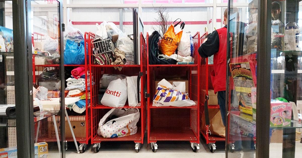 Myymälässä punaisia rullakoita täynnä lahjoituskasseja ja tavaraa