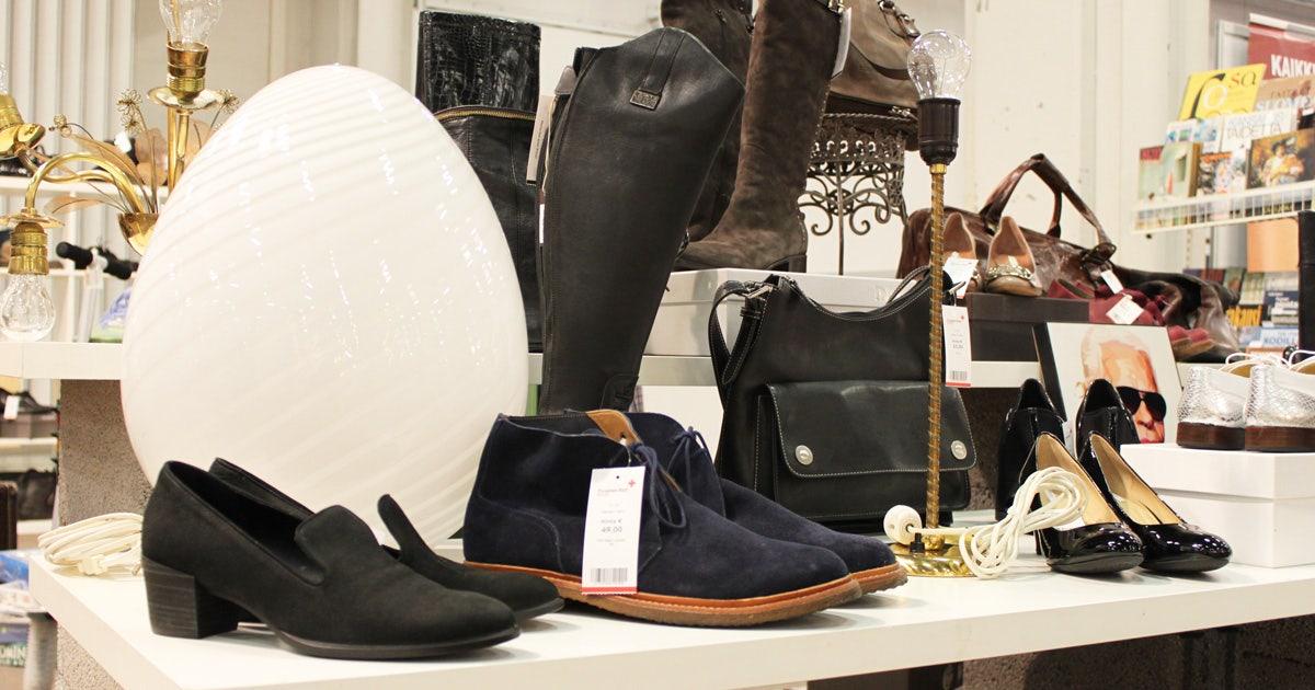 Messuosastolla munanmuotoinen lamppu ja kenkiä.