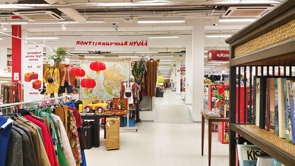 Kontti-myymälän pääkäytävä, retro-teemaisia esillepanoja ja kirjaosastoa