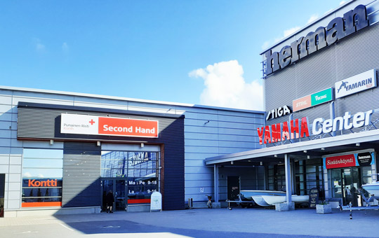 Kuopion Kontti-myymälän sisäänkäynti ja parkkipaikkaa kauppapaikka Hermanissa