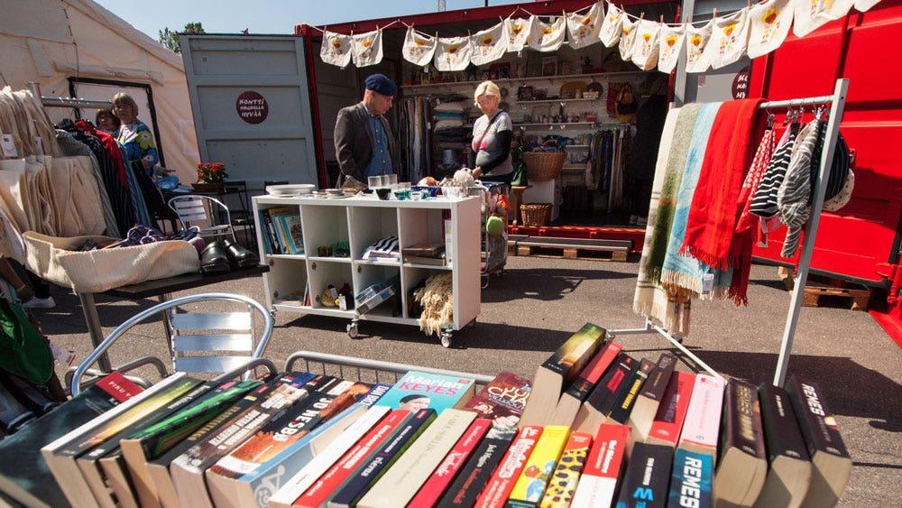 Kirjoja ja asiakkaita pop-up-myymälässä