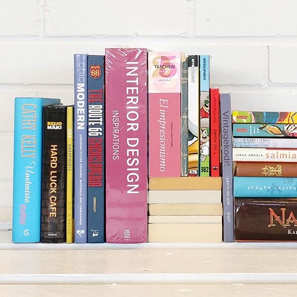 Kirjoja punaisessa hyllyssä