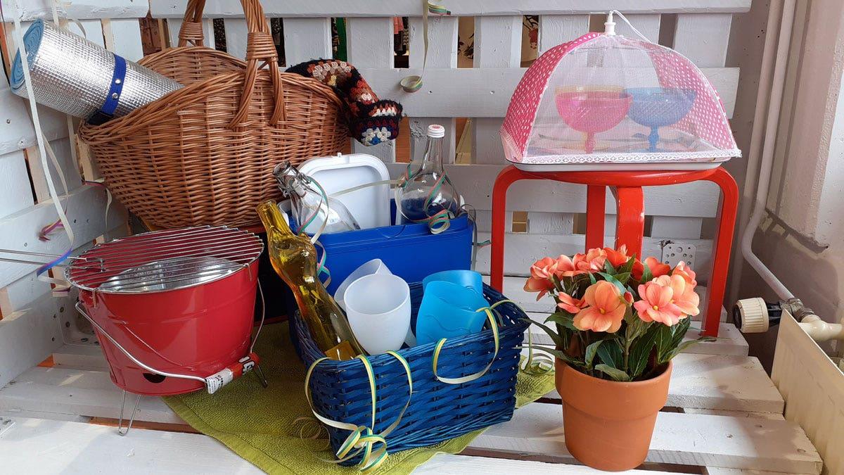 Koreja, termospullo ja muita piknik-tarvikkeita myymälän esillepanossa