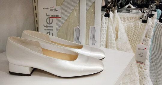 Morsiamen kengät, sukkahousupaketteja ja valkoisia hartiahuiveja